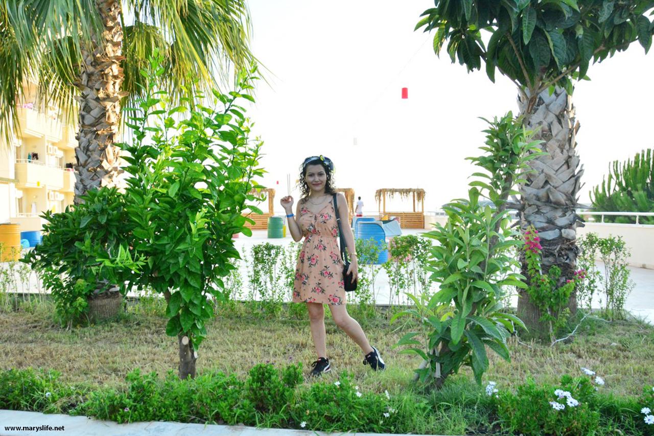 Önü Bağcıklı Çiçekli Elbise Kombini